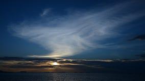 Nette Wolkenform mit Sonnenunterganghimmel in Meer stock video footage