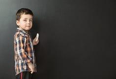 Nette Zeichnung des kleinen Jungen auf der Tafel Lizenzfreies Stockbild