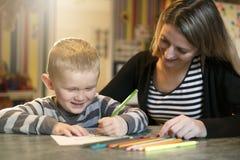Nette Zeichnung des kleinen Jungen am Kindergarten Kreatives Kind am playschool lizenzfreie stockfotografie