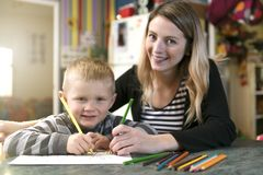 Nette Zeichnung des kleinen Jungen am Kindergarten Kreatives Kind am playschool lizenzfreies stockbild