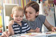 Nette Zeichnung des kleinen Jungen am Kindergarten Kreatives Kind am playschool stockfotografie