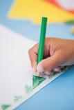 Nette Zeichnung des kleinen Jungen am Schreibtisch Stockfotografie