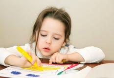 Nette Zeichnung des kleinen Mädchens Stockbilder