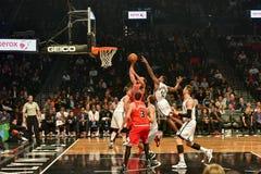Netten versus Stierenbasketbal op Barclays-Centrum Stock Foto's