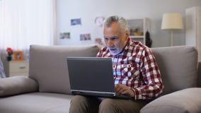 Netter älterer Mann, der Antwort auf der Datierung des Standorts, gute Nachrichten empfangend empfängt stock video