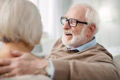 Netter älterer Mann, der seine Gefühle zeigt stockfotos