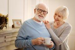 Netter älterer Mannestrinkender Tee Stockfoto