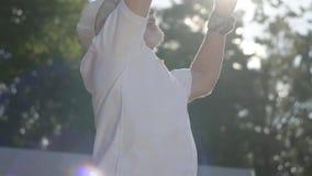 Netter überzeugter erfolgreicher lächelnder reifer Mann, der Tennis auf dem Tennisplatz spielt Der alte Mann wirft den Ball mit stock video footage
