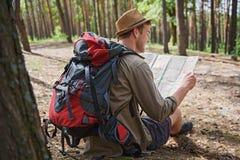 Netter Abenteurer, der für Reise sich vorbereitet Lizenzfreies Stockbild