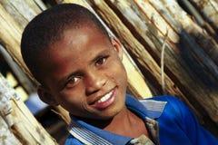 Netter afrikanischer Junge mit schönem Lächeln Lizenzfreies Stockbild