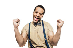 Netter Afroamerikanermann, der in den Hosenträgern und in Fliege feiern Erfolg trägt stockfoto