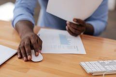 Netter afroer-amerikanisch Mann, der eine Computermaus verwendet Lizenzfreies Stockfoto