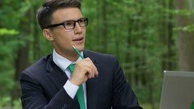Netter angespornter Geschäftsmann, der neue Ideen, Energieeinsparungsstart entwickelt stock video