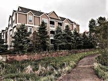 Netter Appartementkomplex mit einer Baumgrenze Lizenzfreies Stockfoto