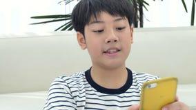 Netter asiatischer jugendlich Junge, der zu Hause Ihre Hausarbeit tut stock video