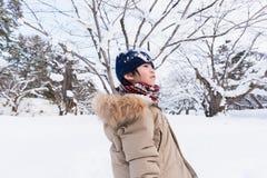 Netter asiatischer Junge im Winter stockbild
