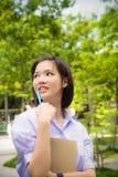 Netter asiatischer thailändischer hoher Schulmädchenstudent mit dem kurzen Haar in der Uniform stockbilder