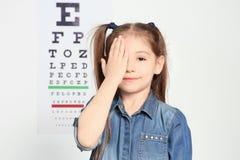 Netter Augenarzt des kleinen Mädchens lizenzfreie stockfotos