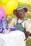 Netter Bär an der Teeparty Stockfoto