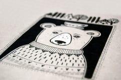 Netter Bär mit Schale auf seinem Kopf Lizenzfreies Stockbild