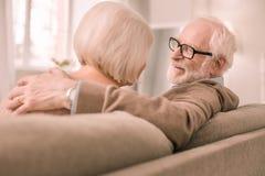 Netter bärtiger Pensionär, der mit seinem Partner spricht lizenzfreie stockfotos