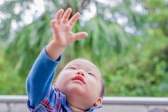 Netter Babyblick irgendwo Stockfotos