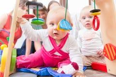 Netter Babyvertretungsfortschritt und -neugier Lizenzfreie Stockfotos