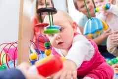 Netter Babyvertretungsfortschritt und -neugier Lizenzfreies Stockfoto