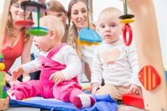 Netter Babyvertretungsfortschritt und -neugier Stockbild