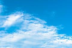 Netter blauer Himmel am bewölktesten Lizenzfreies Stockbild