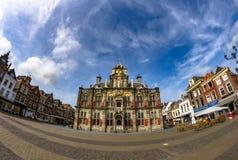 Netter blauer Himmel des Delft-Rathauses Lizenzfreies Stockfoto