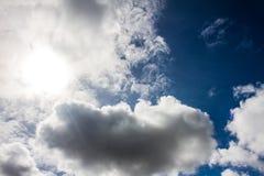 Netter blauer Himmel mit Sonnenstrahl mit bewölktem Stockfotografie