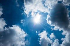 Netter blauer Himmel mit Sonnenstrahl mit bewölktem, Hoffnungsstrahl Stockfoto