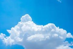 Netter blauer Himmel und große Wolke zur Tageszeit Lizenzfreie Stockfotografie