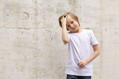 Netter blonder Junge in den Jeans und in einem weißen Hemd Lizenzfreies Stockbild