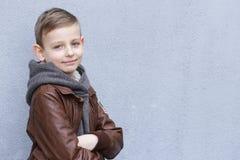 Netter blonder Junge in der Freizeitbekleidung Stockfotos