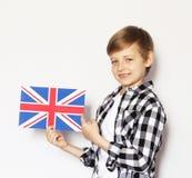 Netter blonder Junge, der mit britischer Flagge aufwirft Lizenzfreies Stockfoto