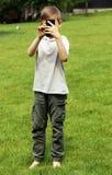 Netter blonder Junge, der selfie in einem Park tut Stockbilder