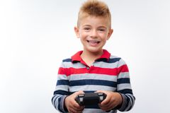 Netter blonder Junge, der Videospiel spielt Stockbilder