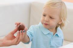 Netter blonder Junge, der Wüste isst Lizenzfreies Stockfoto