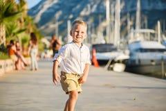 Netter blonder Junge lächelt Lizenzfreies Stockbild