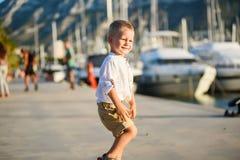 Netter blonder Junge lächelt Stockfoto