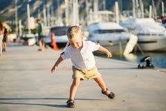 Netter blonder Junge lächelt Lizenzfreies Stockfoto