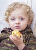 Netter blonder Junge mit Apfel Lizenzfreies Stockbild