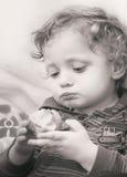 Netter blonder Junge mit Apfel Lizenzfreie Stockfotos