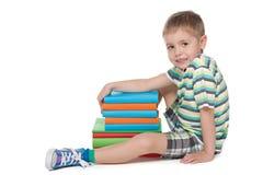Netter blonder Junge mit Büchern Stockbilder
