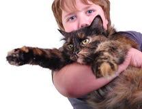 Netter blonder Junge mit einer Katze, Fokus auf Katze Lizenzfreie Stockfotos