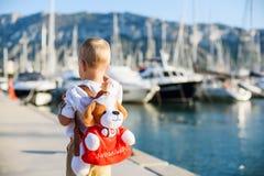 Netter blonder Junge mit Spielzeugrucksack Lizenzfreie Stockfotos