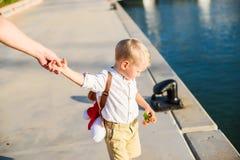 Netter blonder Junge mit Spielzeugrucksack Stockfotos