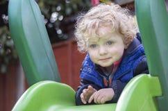 Netter blonder Junge am Spielplatz Stockbilder